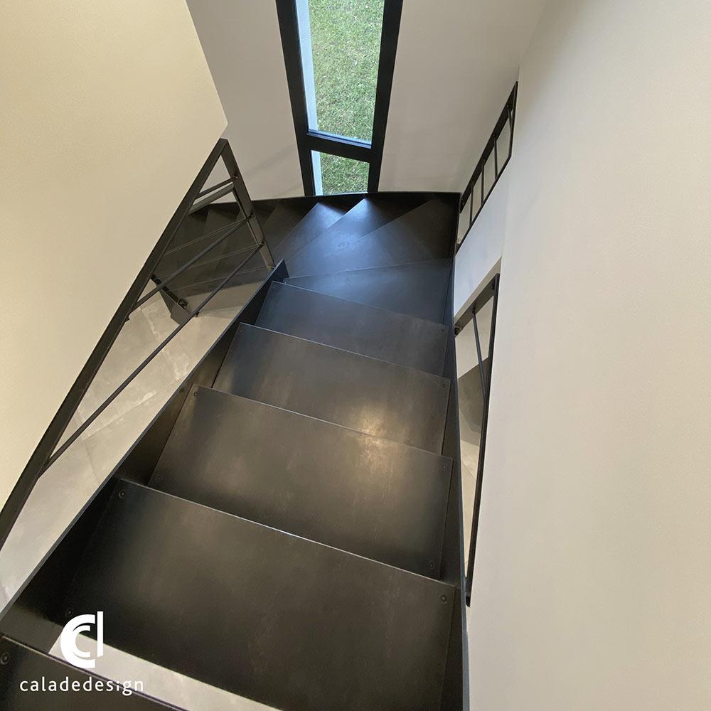 vue-de-haut-escalier-métallique
