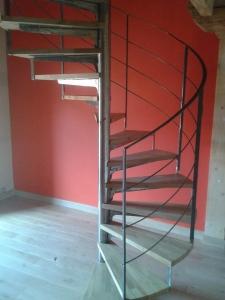 escalier helicoïdal métal bois et garde corps en métal design