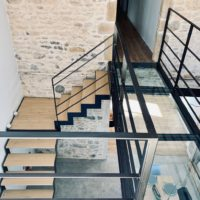 escalier métal et bois et passerelle en verre