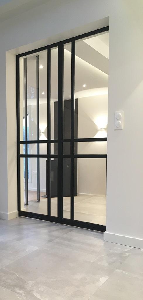 Nous proposons pour toutes les verrières style baie datelier et portes acier fabriquées une finition peinte avec un large choix de coloris ou acier brut