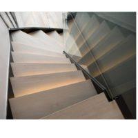 image marches d'escalier en hêtre éclairées