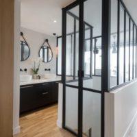 calade design portes pivots en verre et acier étage chez particulier