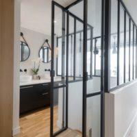 portes pivots en verre et en acier ouvertes par calade design