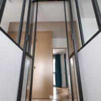 calade design portes en verre et en acier depuis l'escalier