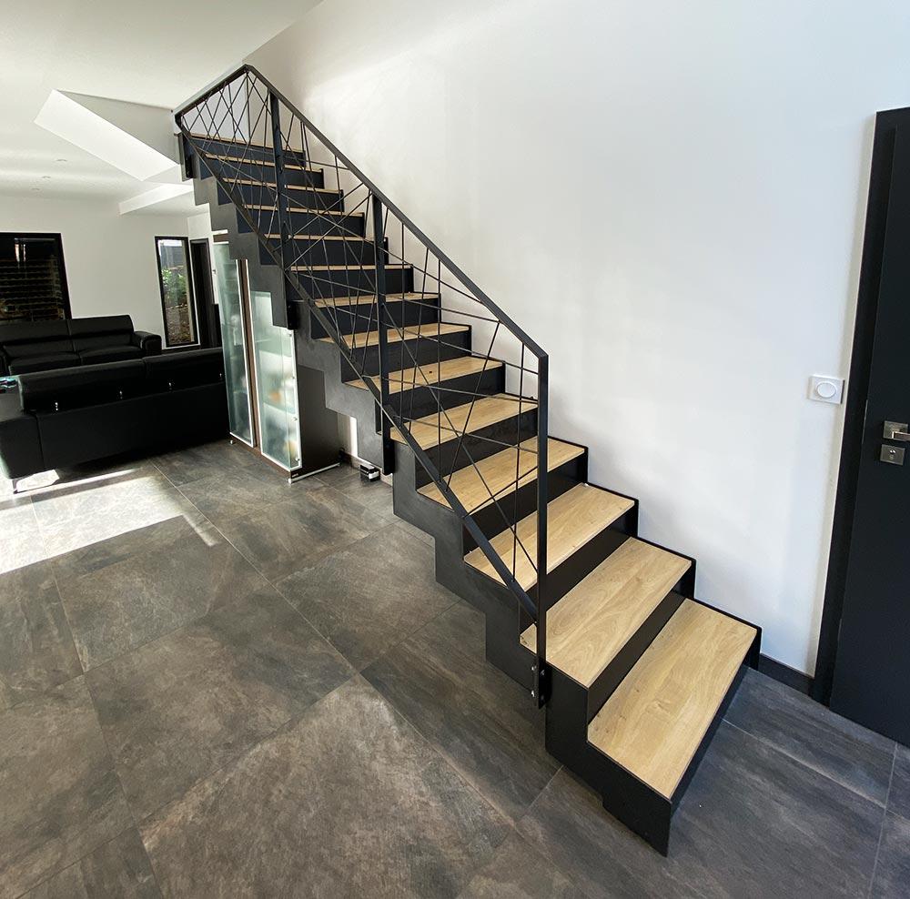 grand-angle-escalier-métallique,-marche-en-bois