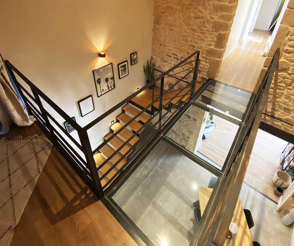 passerelle-verre-vue-haut-escalier