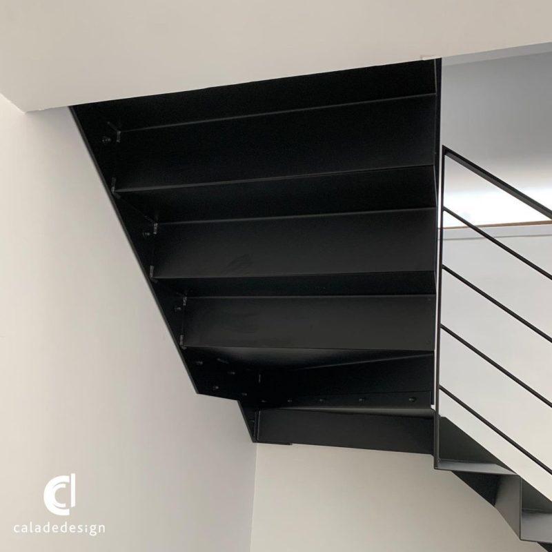 finition escalier tole plié suspendu